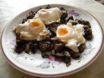 Рецепта на деня – Яйца по панагюрски върху задушени гъби